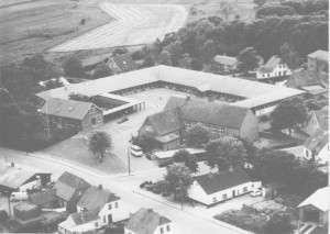 Luftfoto af et udsnit fra Lindknud med Lindknud Skole, skolens bus med mere.